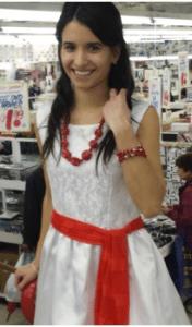 Продавщица позирует в платье за $2.99. Фото: Russel Lazar